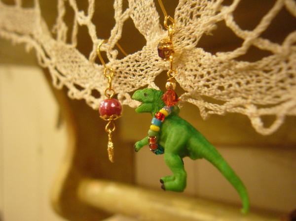 恐竜ピアス